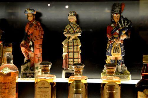 Bouteilles de Scotch whisky en forme de joueurs de cornemuse... une bonne transition !
