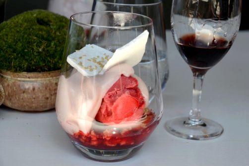 Fruits rouges en variation sucrée, espuma à la Ducassis et meringues. Accompagnement:liqueur de cerises sauvages de chez Artifruit.Jean-Baptiste et Christophe THOMAES