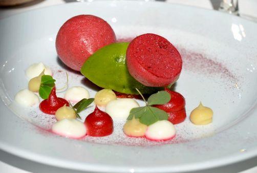 Oseille, betterave, tonka, yaourt de la ferme Paquet. Accompagnement:Turbulences - rose d'Anjou et sirop de sureau de la ferme de Fisenne.Mario ELIAS