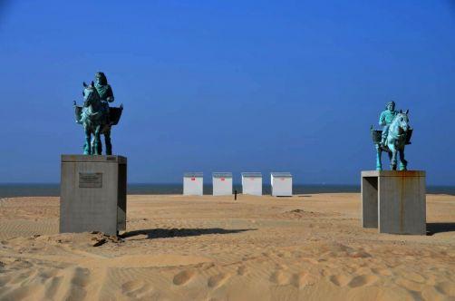 Statues commémorant le classement au patrimoine immatériel de l'UNESCO des pêcheurs de crevettes à cheval de Coxyde.
