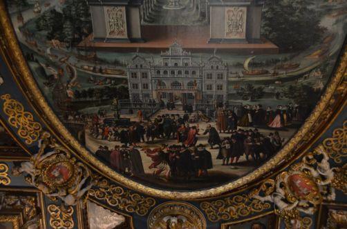 La Cour d'Artus représentée sur un des murs de la Salle du Conseil