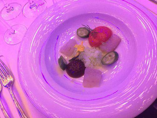 Entrée signée par Svetlana Riskova:Filet de sandre mariné accompagné d'un caviar de truite fumé, pudding de cottage cheese à l'oseille, concombres fermentés, mousse de groseille, purée de pomme.