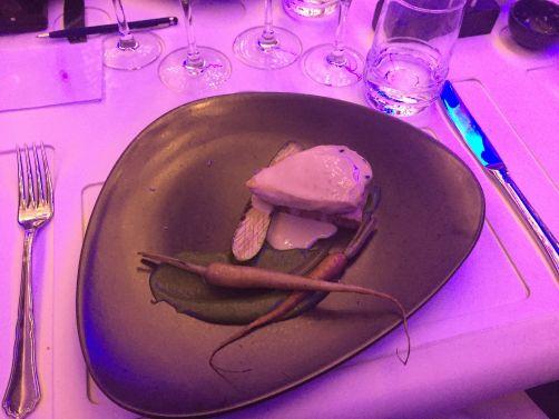 Plat principal signé par Svetlana Riskova: terrine de poularde et de foie aux champignons, carottes braisées au beurre, purée de fenouil, mini-courgettes.