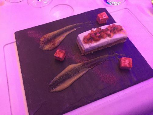 Dessert signé par Svetlana Riskova:Yaourt à l'oseille et génoise au caramel, gel à la rhubarbe frite, zefir à la cannelle, salade de fraises.