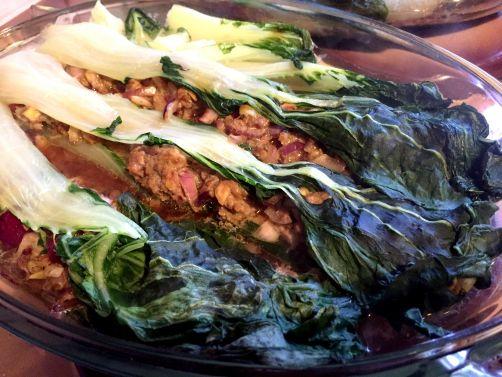 Balluchons de pak choy à la viande hachée au lemon grass et curry, bouillon de cuisson et sauce crue au citron