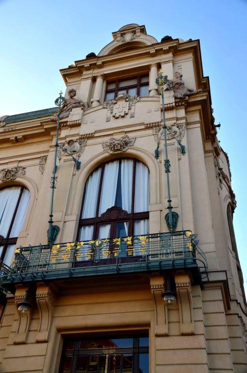 Un Des Plus Beaux Batiments La Maison Municipale Abrite Plusieurs Bars Et Restaurants Aux Decorations Qui Vous Transportent Dans Une Autre Epoque